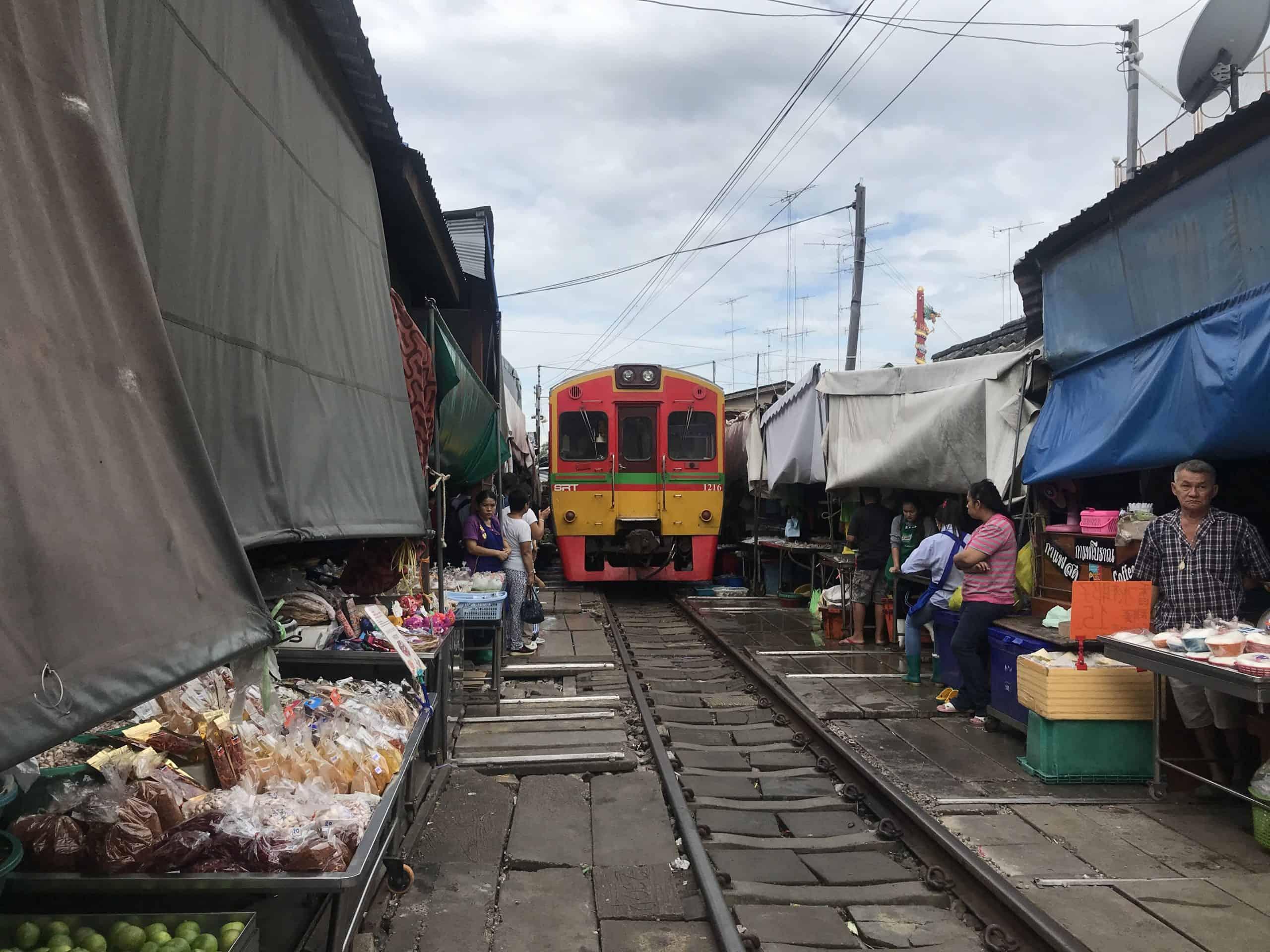 mercado del tren mae klong que ver horarios