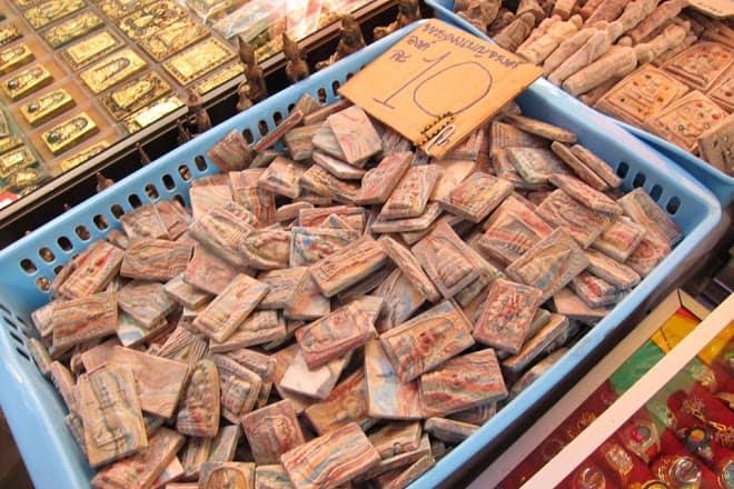 amuletos en el mercado de bangkok de los amuletos
