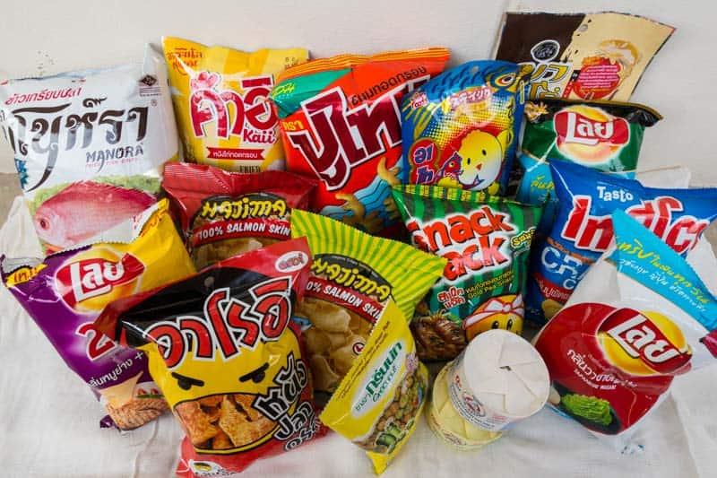 lays y otros snacks variados de tailandia