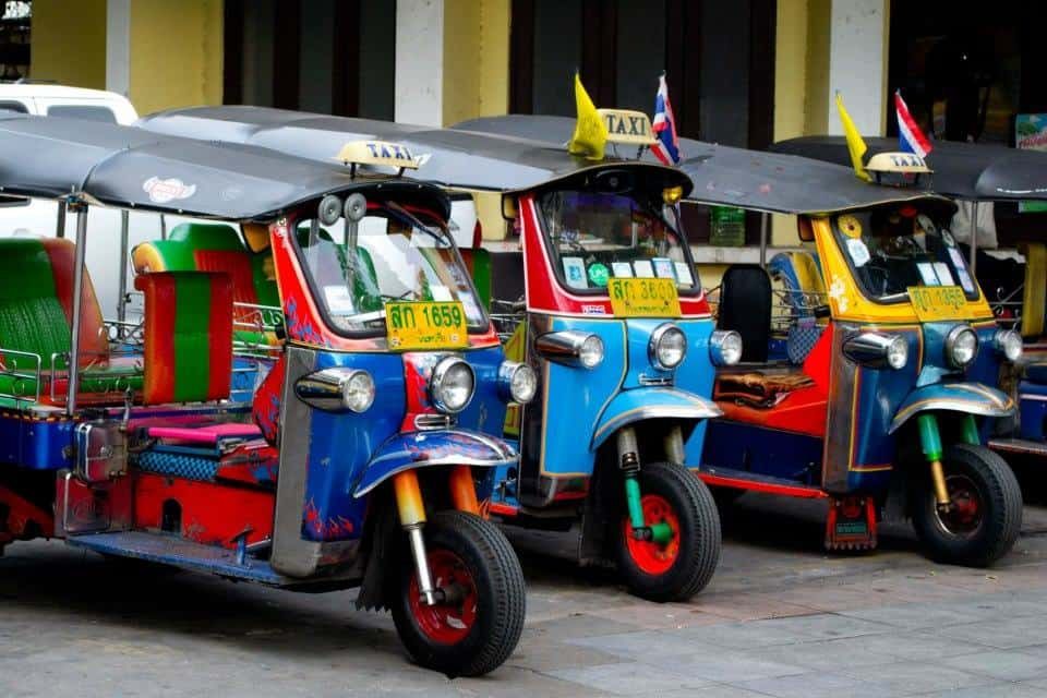 cosas que ver y hacer en tailandia conducir un tuk tuk